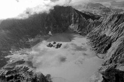 El cráter del volcán Pinatubo (Filipinas) con los islotes visibles en 1994, tres años después de la gran erupción.