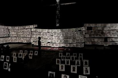 Memorial con las imágenes de los desaparecidos en México  y los pañuelos bordados por sus familiares.