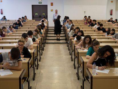 Estudiantes iniciando la Selectividad, en la Universidad de Sevilla, el pasado junio.