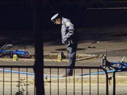 Un agente de la Policía en el lugar donde ocurrió el atentado en Nueva York.