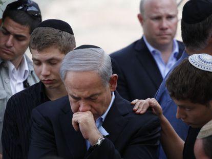 El primer  ministro Netanyahu asiste, este lunes, al funeral de su padre en Jerusalén.