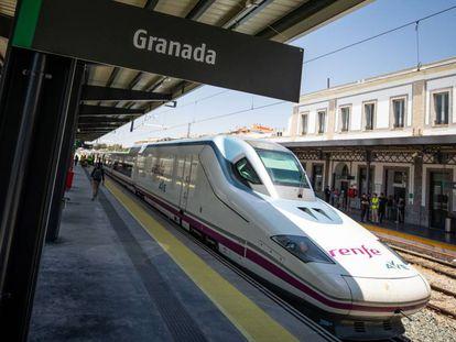 Llegada del AVE a la estación de tren de Granada, en junio pasado.