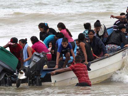 Una embarcación con migrantes venezolanos llega al sur de Trinidad y Tobago, el pasado 24 de noviembre.