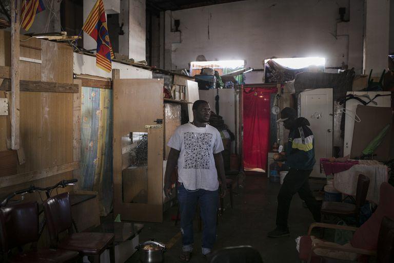 Lamine, de origen gambiano, en la nave ocupada de Badalona donde han acogido a sus compatriotas tras el incendio de otra nave.