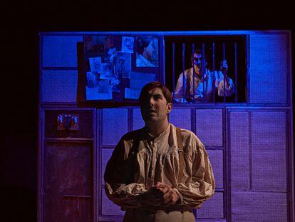 Una escena de la obra con Anton, en primer plano, y Josep, encarcelado.