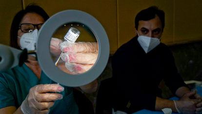 Una sanitaria prepara una dosis de la vacuna AstraZeneca, en Nápoles (Italia) el martes.
