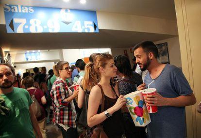 Colas de espectadores en las taquillas de cines Princesa de Madrid en el inicio de la octava edición de la Fiesta del Cine, en mayo.