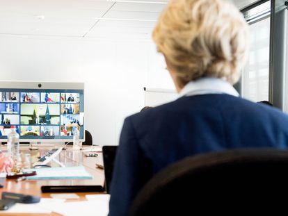 La presidenta de la Comisión, Ursula Von Der Leyen, durante una videoconferencia.