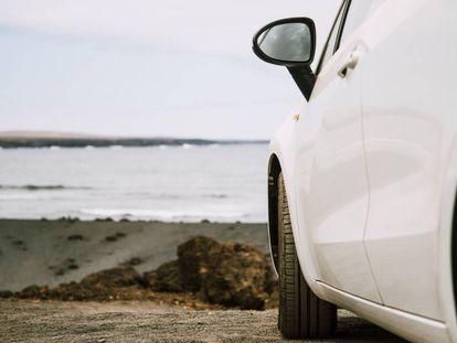 Un coche aparcado frente al mar, en una imagen de archivo.