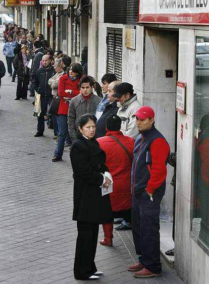 Colas de parados ante una oficina de empleo de Madrid.