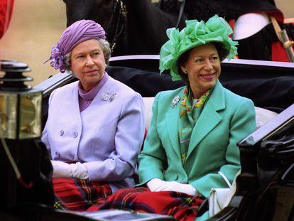 La reina Isabel II y la princesa Margarita, durante un desfile en Londres.