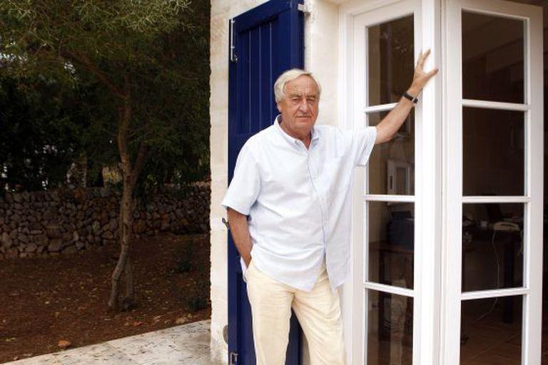 El escritor e hispanista neerlandés Cees Nooteboom, en su casa de Menorca en 2019.