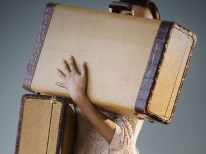 No basta con que la maleta sea con ruedas. Además, debe empujarla con las dos manos y por delante de su cuerpo.