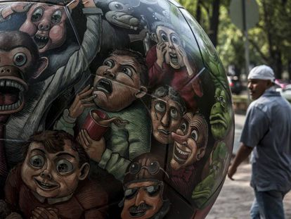 Una escultura con forma de balón expuesta en México por la visita de la FIFA