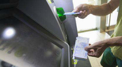 Un usuario retira efectivo en un cajero automático de Madrid.