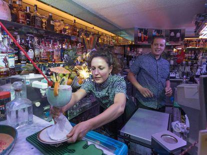 La reportera sirve un Blue Hawaii ante la mirada de Dani Berjano, del Café San Remo.