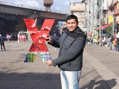 El arquitecto Cesar Sanabria posa con el símbolo de las charlas TED en Villa 31.