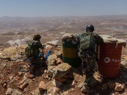 Más de 100.000 personas, entre refugiados sirios y vecinos de la frontera, permanecen atrapadas por la batalla de Hezbolá contra ISIS y Al Qaeda