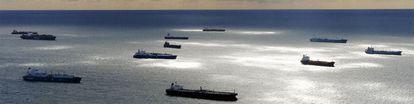 Vista aérea de los buques que esperan a descargar carburante en el puerto de Marsella, donde dos refinerías están bloqueadas por las protestas
