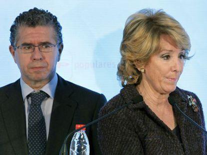 El destituido secretario general del PP de Madrid, Francisco Granados, junto a la presidencia regional, Esperanza Aguirre.