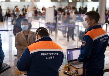 Pasajeros procedentes de países con altas tasas de covid se registran para realizarse un test a su llegada al aeropuerto Charles de Gaulle de París.