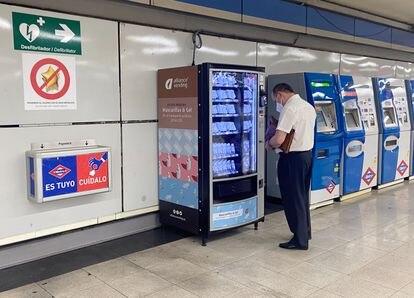 Máquina expendedora de mascarillas en una estación del metro de Madrid.