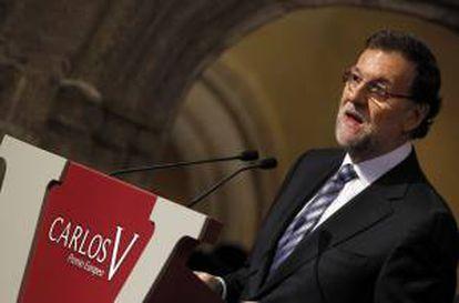 El presidente del Gobierno, Mariano Rajoy, durante su intervención hoy en la entrega del Premio Carlos V, que otorga la Academia Europea de Yuste al presidente de la Comisión Europea, el portugués José Manuel Durao Barroso, en el transcurso de un acto celebrado en el Real Monasterio de Yuste (Cáceres).