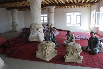 Capiteles griegos de Ai Janum en una casa de té afgana, en 2001.