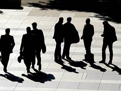 Ejecutivos con maletín en la zona financiera de Madrid