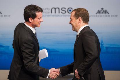 Los primeros ministros de Francia, a la izquierda, y Rusia se saludaban este sábado en la conferencia de Munich.