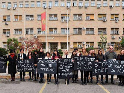 Un grupo de activistas durante una protesta contra los feminicidios en Podgorica (Montenegro).