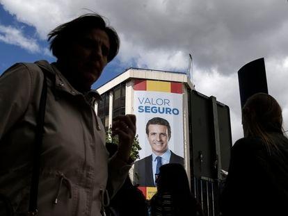 Publicidad de Pablo Casado en la sede de la calle de Génova en Madrid al día siguiente del batacazo del PP en las elecciones legislativas del 28-A, en 2019.