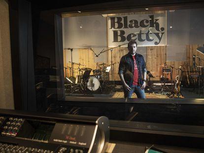Txetxu Altube, músico, en el estudio de grabación Black Betty.