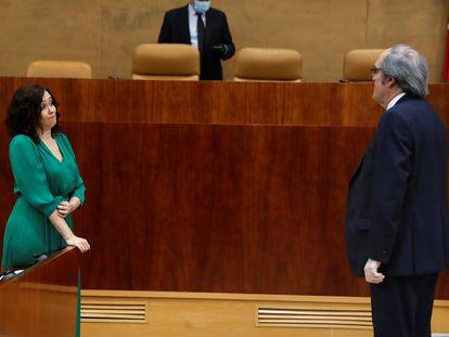 La presidenta de la Comunidad de Madrid, Isabel Díaz Ayuso, y el líder de la oposición, el socialista Ángel Gabilondo, en la sede de la Asamblea de la región
