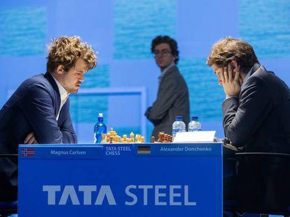 Carlsen y Donchenko durante su enfrentamiento de hoy, con Antón al fondo