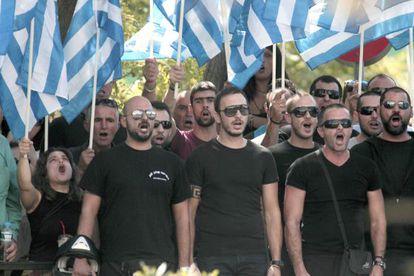 Partidarios de Aurora Dorada, frente a la comisaría de Atenas donde estaban detenidos el sábado sus líderes.