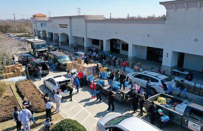 Varios voluntarios distribuyen agua entre la población, este sábado en Houston.