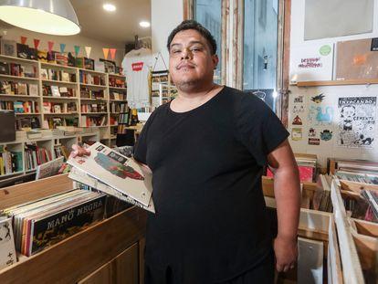 Dorian Wood posa en la tienda musical Molar, en Madrid.