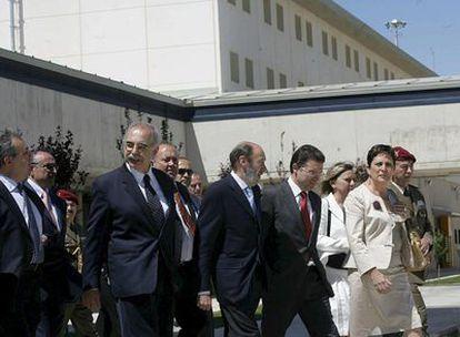 El ministro del Interior, acompañado por el alcalde de la localidad de Albocásser y de la directora general de Instituciones Penitenciarias, Mercedes Gallizo, entre otros, en la inauguración del nuevo centro penitenciario Castellón 2.
