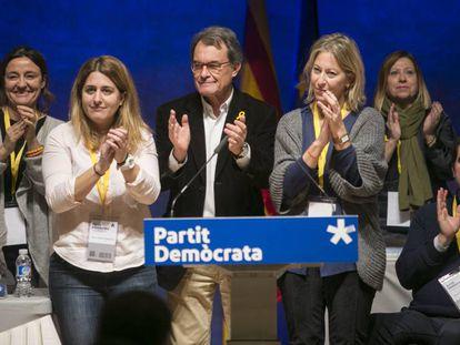 Arrur Mas, escoltado por Marta Pascal y Neus Munté, en el acto de su despedida.