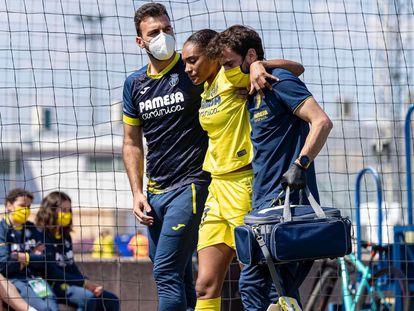 Salma Paralluelo abandona el campo tras la lesión en pleno partido contra el Granada.