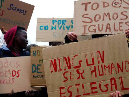 Varios jóvenes inmigrantes participan en la concentración convocada por los vecinos del barrio madrileño de Hortaleza. En vídeo, la concentración frente al centro.