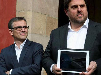 Josep Maria Jové, junto a Oriol Junqueras frente al Parlament, en una foto de archivo.