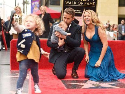 Ryan Reynolds y Blake Lively, con sus dos hijas, tras descubrir la estrella del actor en el Paseo de la Fama en Hollywood.