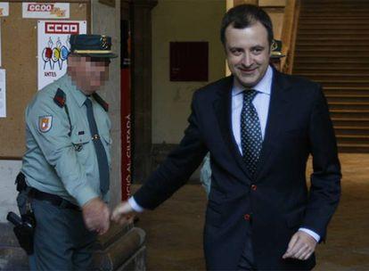 El número dos del PP valenciano, David Serra, saluda a un agente tras declarar en el TSJV