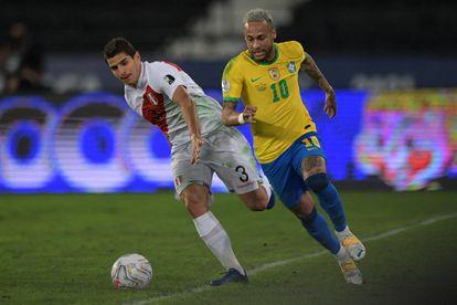 Neymar ante  Corzo, en el partido entre Brasil y Perú.