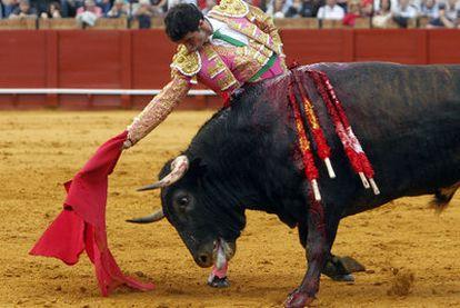 Luis Vilches, en su primer toro de la tarde.