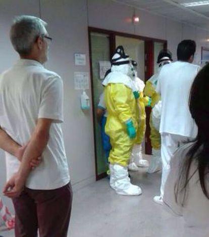 Personal sanitario dentro del hospital de Alcorcón, el lunes.
