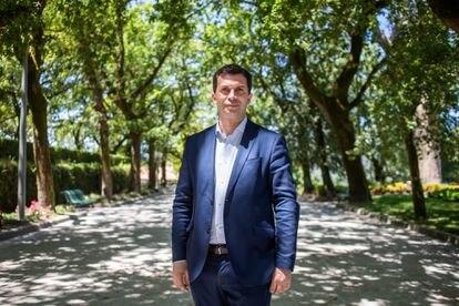 Gonzalo Caballero, candidato del PSdeG-PSOE, en la Alameda de Santiago de Compostela.