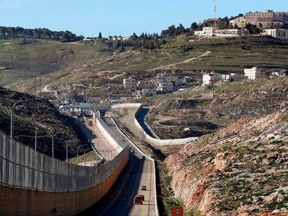Carretera segregada en Jerusalén Este separada por un muro, con una calzada para israelíes y otra para palestinos, en 2019.